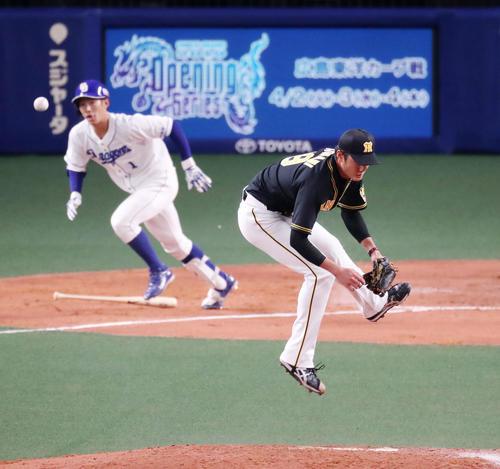3回裏中日1死一、二塁、藤浪は京田の打球に反応しマウンドでジャンプするが捕球できず(撮影・加藤哉)
