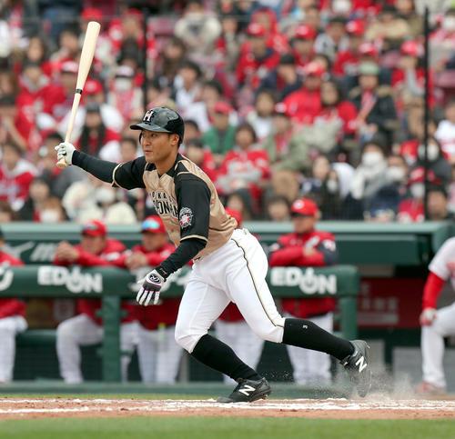 9回表日本ハム1死一、三塁、田中賢は適時二塁打を放つ(撮影・佐藤翔太)
