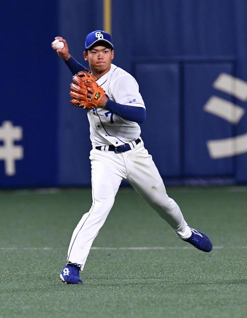 中日対西武 5回表西武1死二塁、源田の打球を一塁へ送球する根尾(撮影・前岡正明)