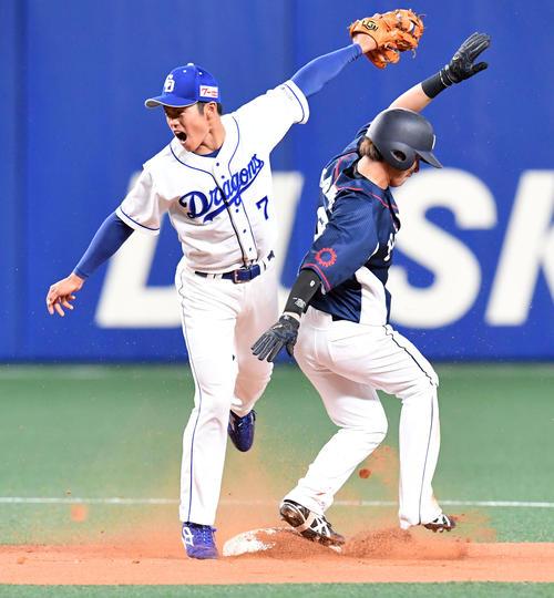中日対西武 1回表西武無死一塁、金子侑の二塁盗塁でベースカバーに入る根尾(撮影・前岡正明)