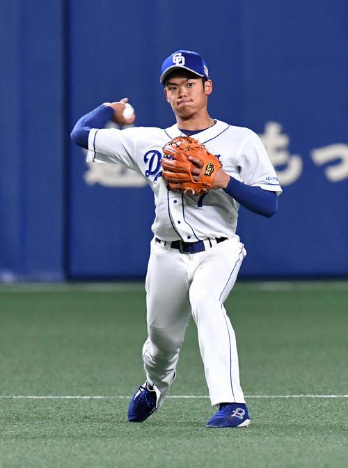 中日対西武 3回表西武1死、源田の遊撃への打球を一塁へ送球する根尾(撮影・前岡正明)