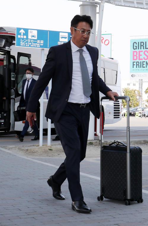 福岡空港を移動する巨人宮本コーチ(撮影・垰建太)