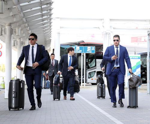 福岡空港を移動する巨人ビヤヌエバ(左)とゲレーロ(右)(撮影・垰建太)
