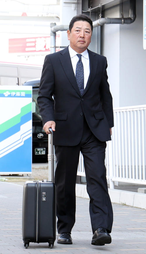 福岡空港を移動する巨人吉村コーチ(撮影・垰建太)