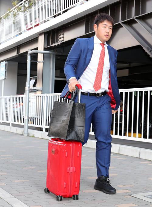 福岡空港を移動する巨人岡本(撮影・垰建太)