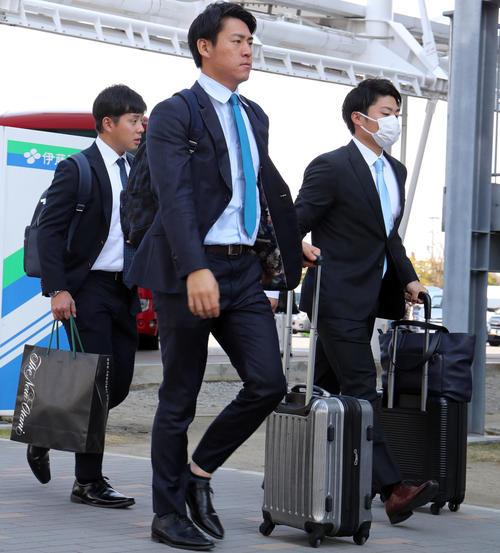 福岡空港を移動する、左から巨人大江、桜井、坂本工(撮影・垰建太)