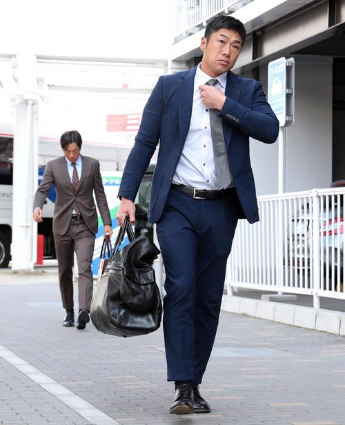 福岡空港を移動する巨人相川コーチ(撮影・垰建太)