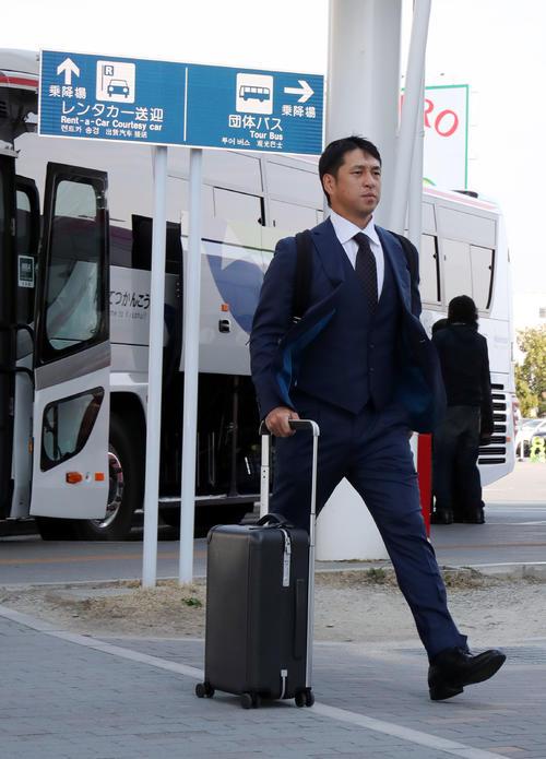 福岡空港を移動する巨人中島(撮影・垰建太)