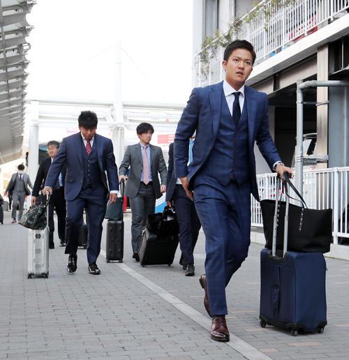 福岡空港を移動する巨人田中俊(右)。左から戸根、吉川光(撮影・垰建太)