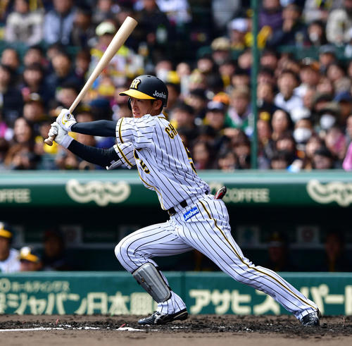 阪神対西武 3回裏阪神1死一、三塁、左前へ先制適時打を放つ近本(撮影・清水貴仁)