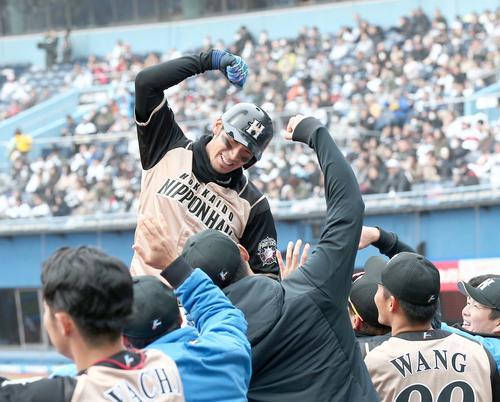 ロッテ対日本ハム 4回表、本塁打を放ちベンチ前でポーズをとる大田(撮影・黒川智章)