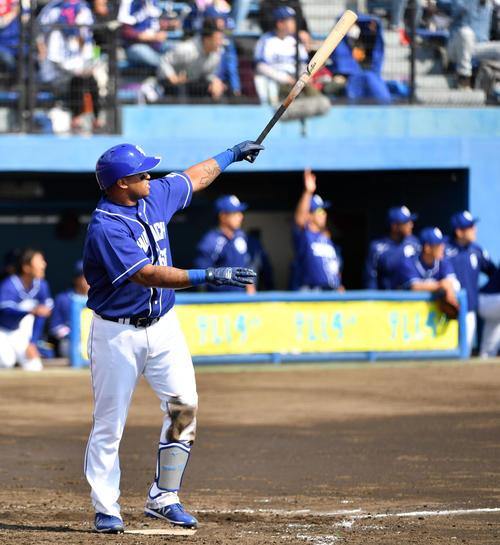 楽天対中日 3回表中日2死、左越え本塁打を放つビシエド(撮影・横山健太)
