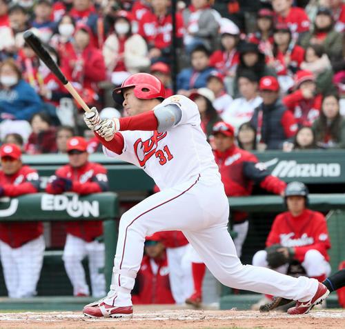 7回裏広島2死二、三塁、石原慶幸は左中間へ同点適時二塁打を放つ(撮影・栗木一考)