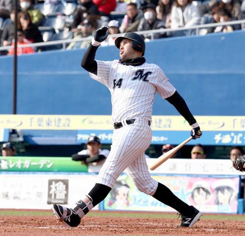 ロッテ対日本ハム 7回裏ロッテ無死一塁、左中間に2点本塁打を放つレアード(撮影・黒川智章)