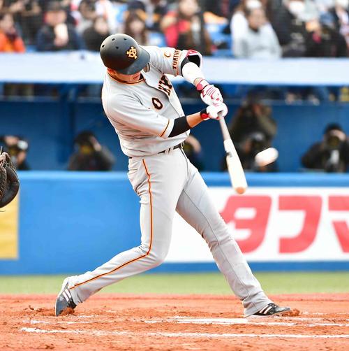 ヤクルト対巨人 7回表巨人無死、坂本勇は中越えにソロ本塁打を放つ(撮影・小沢裕)
