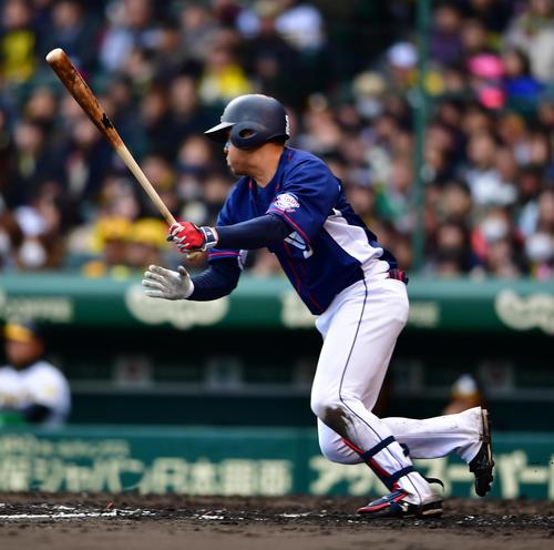 阪神対西武 8回表西武2死二、三塁、右前へ2点適時打を放つ木村(撮影・清水貴仁)