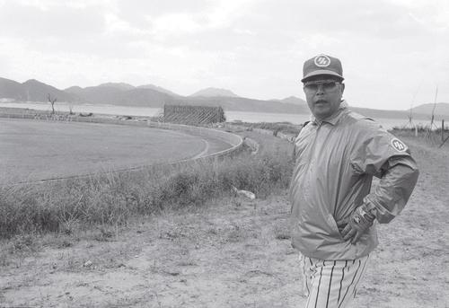 80年、名護球場前でポーズをとる大沢啓二監督
