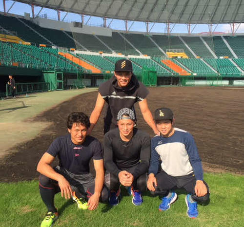 1月15日、合同自主トレで集合写真を撮る巨人坂本勇(後列)と前列左から巨人吉川大、北村、楽天西巻