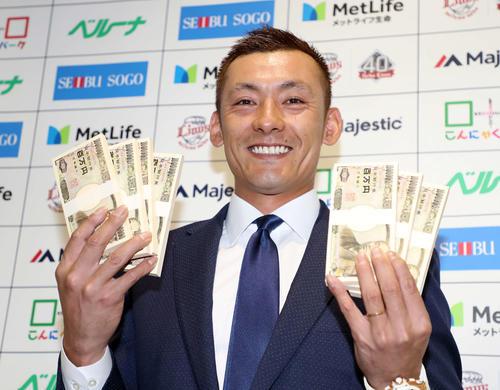 西武栗山(18年12月の契約更改の後、おもちゃの札束を手に笑顔で写真に納まる)