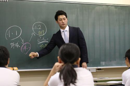 18年12月、学校で授業を行う日本ハム浅間