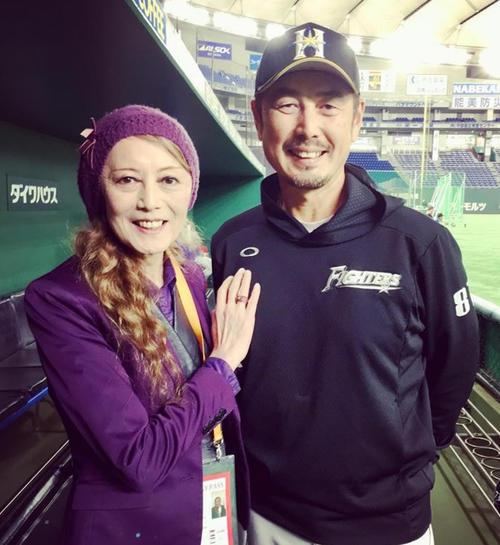 女性になったコウタ(左)は昨年、メッツ時代の同僚吉井理人(当時日本ハム投手コーチ)と再会した