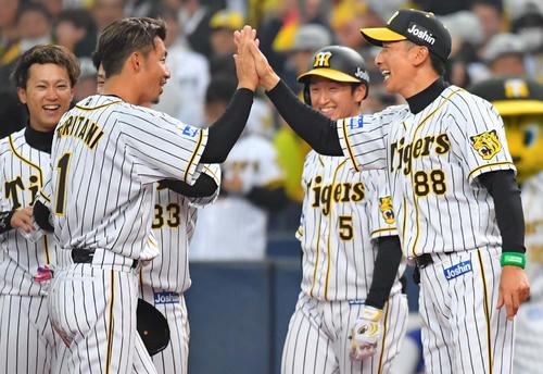 サヨナラ勝利を決めた矢野監督(右)は、勝利に貢献した鳥谷と満面の笑みでハイタッチ(撮影・上田博志)