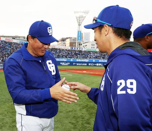 与田監督(左)にウイニングボールを渡す中日山井