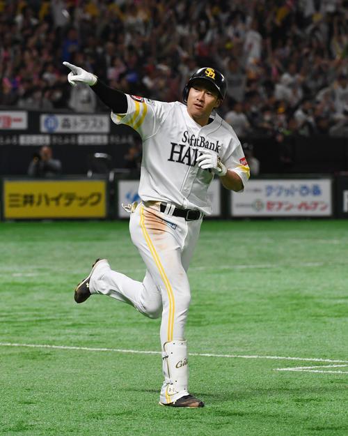 ソフトバンク対西武 4回裏ソフトバンク2死満塁、柳田は右越えに逆転の満塁本塁打を放ちベンチに向いて指さす(撮影・今浪浩三)