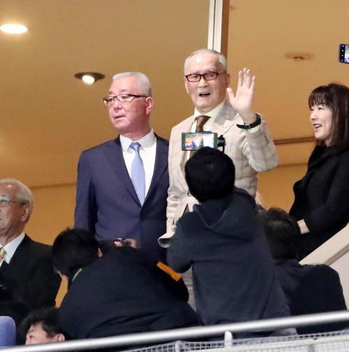 巨人対阪神 試合前、貴賓席からグラウンドに手を振る長嶋終身名誉監督(撮影・加藤哉)