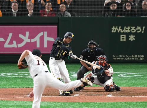 巨人対阪神 6回表阪神1死一、三塁、福留は右前に適時打を放つ。投手山口(撮影・山崎安昭)
