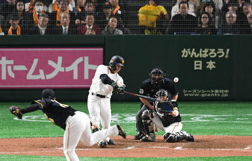 巨人対阪神 6回裏巨人1死満塁、丸は左犠飛を放つ。投手馬場(撮影・山崎安昭)