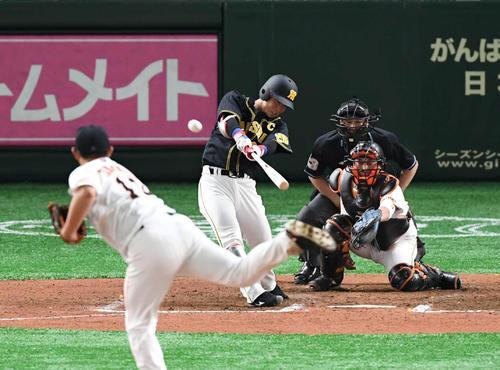 巨人対阪神 6回表阪神2死一、二塁、糸原は右翼へ2点適時三塁打を放つ。投手山口(撮影・山崎安昭)