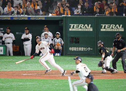 3回裏巨人1死二、三塁、岡本和真は2点適時二塁打を放つ(撮影・丹羽敏通)