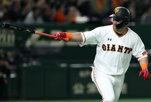 巨人対阪神 3回裏巨人1死一、二塁、ゲレーロは左越え3点本塁打を放ち、バットを一塁ベンチに突き出す(撮影・松本俊)