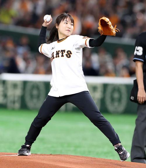 巨人対阪神 始球式を行う伊藤美誠(撮影・加藤哉)