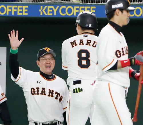 巨人対阪神 5回裏巨人無死、丸の右越えソロ本塁をベンチで出迎える原監督(撮影・加藤哉)