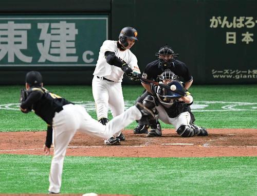 巨人対阪神 5回裏巨人無死、丸は右越えソロ本塁打を放つ。投手馬場(撮影・山崎安昭)