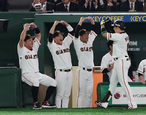 5回裏巨人無死、今季1号本塁打を放った丸を丸ポーズで迎える阿部(左端)ら(撮影・丹羽敏通)