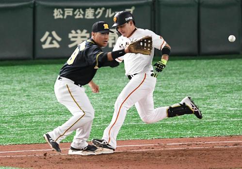 巨人対阪神 6回裏巨人無死、丸(右)は快足を飛ばして二塁内野安打とする。一塁手ナバーロ(撮影・山崎安昭)