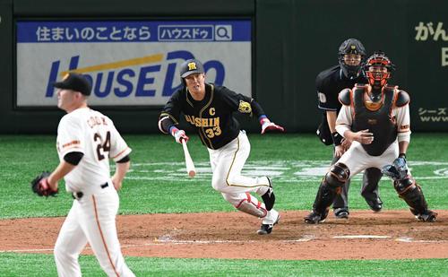 巨人対阪神 9回表阪神無死一、二塁、糸原は遊ゴロで併殺を招く。投手クック(撮影・山崎安昭)