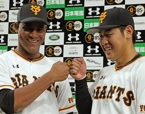 巨人対阪神 岡本(右)はメルセデスと笑顔でグータッチ(撮影・松本俊)