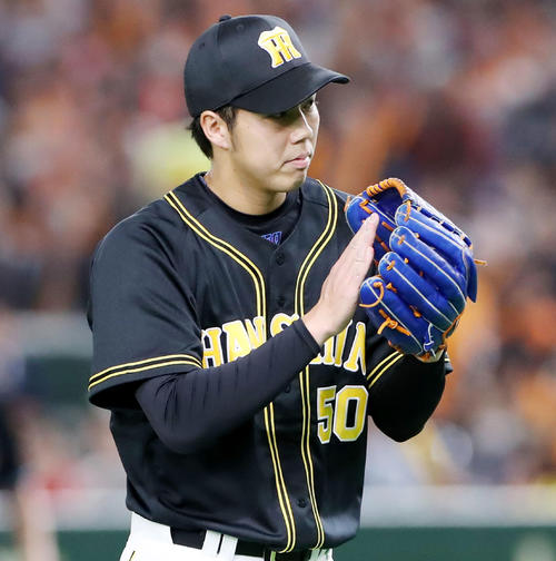 巨人対阪神 1回裏巨人1死一、二塁、青柳は岡本を遊ゴロ併殺打に打ち取りグラブを叩く(撮影・加藤哉)