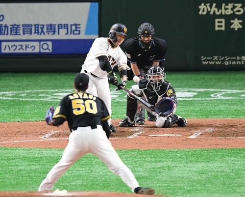 巨人対阪神 3回裏巨人1死一、三塁、丸は右越え3点本塁打を放つ。投手青柳(撮影・山崎安昭)