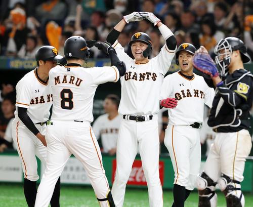 巨人対阪神 3回裏巨人2死一、三塁、一走坂本(中央)らは右越え3点本塁打を放った丸を「○」ポーズで出迎える(撮影・加藤哉)