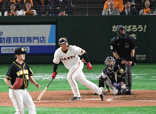 巨人対阪神 7回裏巨人2死満塁、岡本は左翼へ2点適時二塁打を放つ。投手飯田(撮影・山崎安昭)