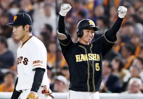 巨人対阪神 8回表阪神2死満塁、近本は左前適時打を放ちベンチに向かってガッツポーズを決める(撮影・加藤哉)