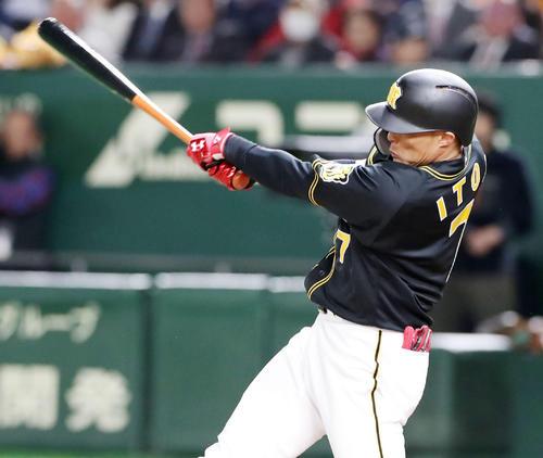 巨人対阪神 8回表阪神2死一、二塁、糸井は右前適時打を放つ(撮影・加藤哉)