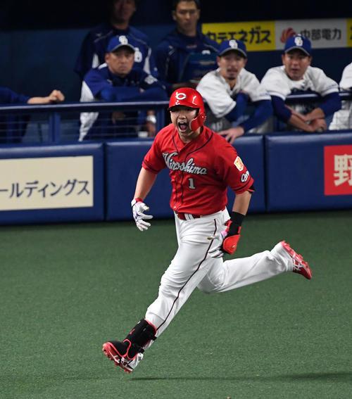 中日対広島 7回表広島2死一、二塁、中越え3点本塁打を放ち叫ぶ鈴木(撮影・前岡正明)