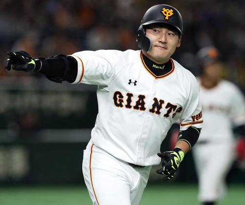 巨人対阪神 3回裏巨人2死一、三塁、2戦連発となる右越え3点本塁打の丸はどや顔でベンチを指さす(撮影・松本俊)