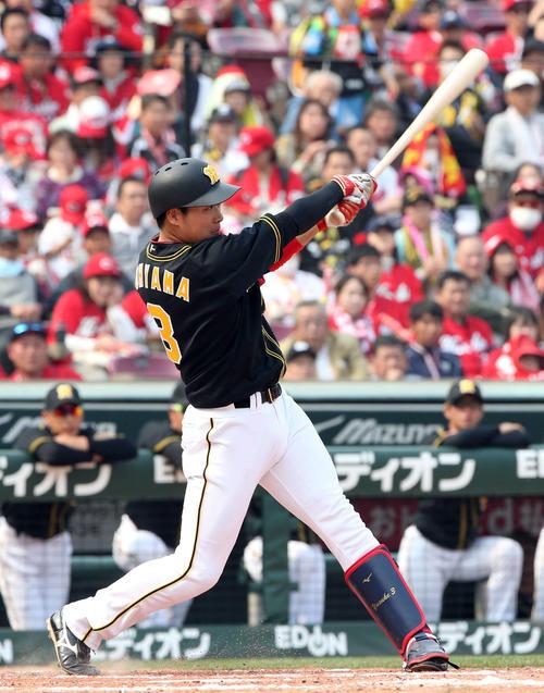 広島対阪神 5回表阪神2死二塁、大山悠輔は左翼線へ適時二塁打を放つ(撮影・栗木一)
